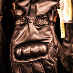 Leather gauntlets with knuckle protection