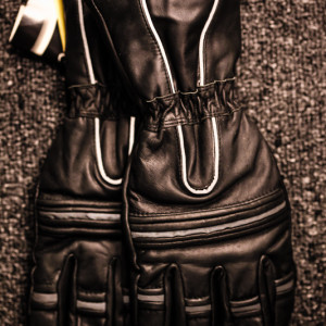 Leather motorcycle gauntlets with reflective piping